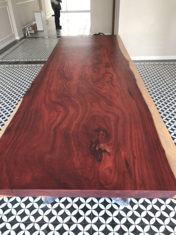 Bàn gỗ Hương Đỏ mang phong cách cổ điển, sang trọng