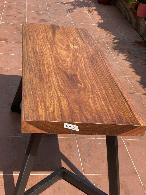 bàn gỗ Lim Vàng sang trọng , phong phú
