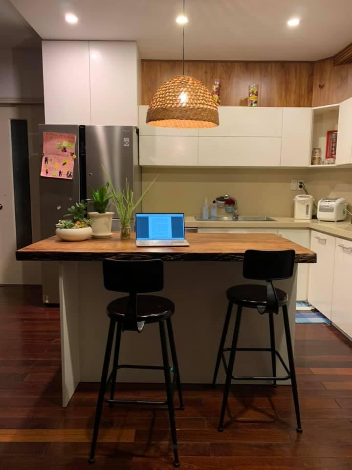 Đảo bếp được làm từ gỗ tự nhiên nguyên tấm