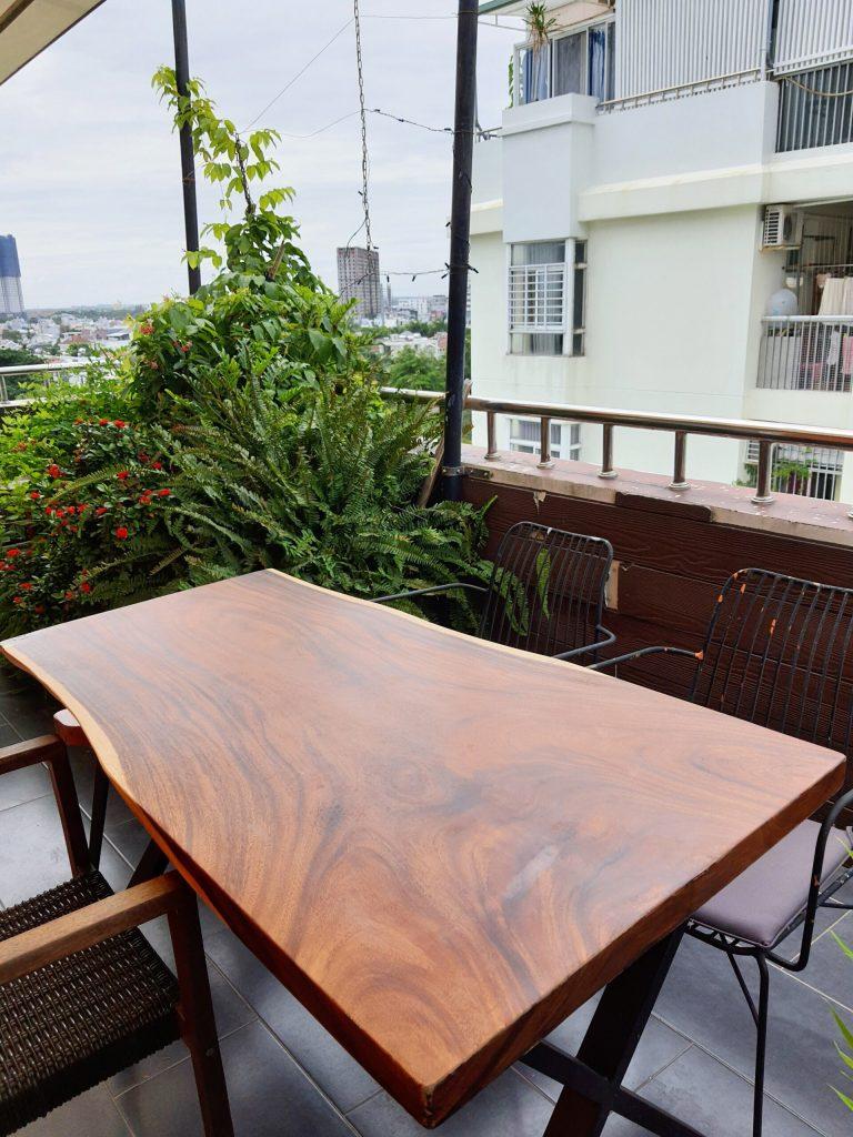 Cách bảo vệ bàn gỗ nguyên tấm ngoài trời tốt nhất
