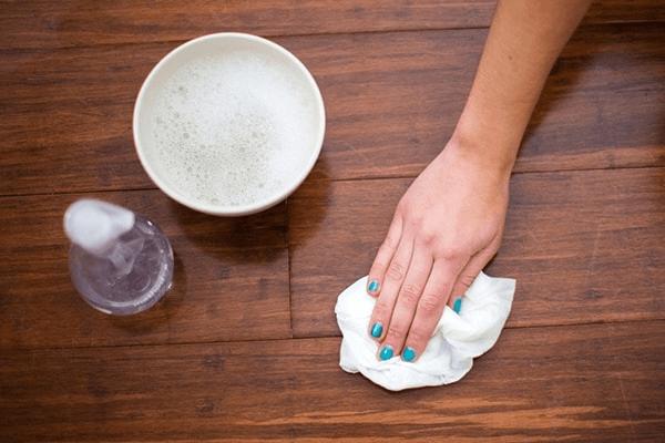 5 bí kíp vệ sinh bàn gỗ me tây siêu sạch bạn nên biết