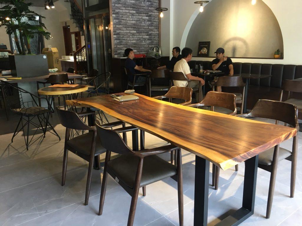 Cách chọn bàn gỗ me tây nguyên tâm trong quán cà phê